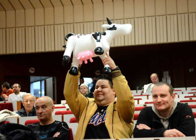 Rôzne pomôcky. Aj takúto hračku – nafukovaciu kravu – si so sebou doniesol jeden z nespokojných Košičanov. Viac ráz ju počas rokovania dvíhal nad hlavu a napodobňoval toto zviera.