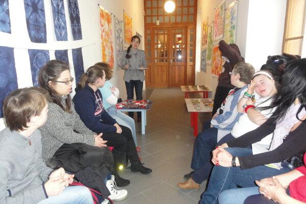 Záber z vernisáže výstavy. Vzadu v strede pedagogička Elena Tarábková.