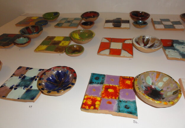 Glazovaná keramika.