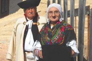 Pánsky a dámsky ľudový odev zo Smrečian.