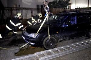 Museli ho zavesiť na popruhy. Auto sa podarilo vytiahnuť bez poškodenia.
