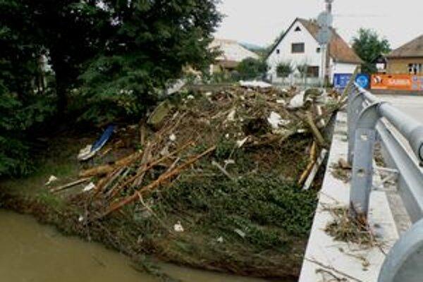 Následky povodní pomáhali odstraňovať aj nezamestnaní.