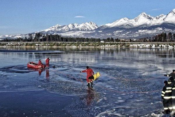 Štrkovisko. Aj keď je zamrznuté, korčuľovať sa na ňom nesmie.