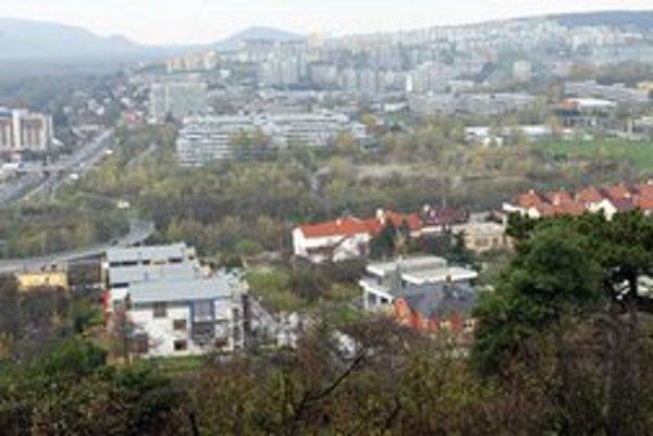 Výhľad na pozemky pod hotelom Bôrik.