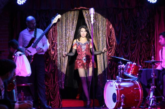 Okrem toho, že sa podieľa na písaní scenárov, v dvoch kabaretných šou aj sama vystupuje