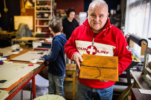 Knihár Mikuláš Hanzlík s kronikou, ktorých výroba patrí medzi najnáročnejšie.