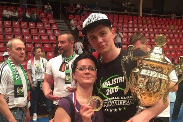 S maminou po zisku majstrovského titulu v Prievidzi.