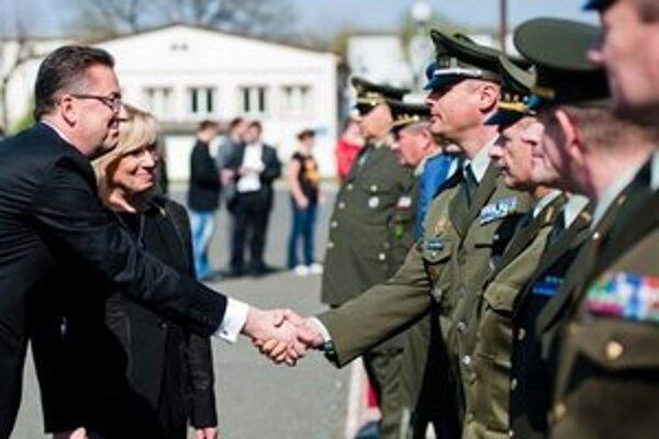 Glváč prevzal rezort obrany od premiérky Radičovej.