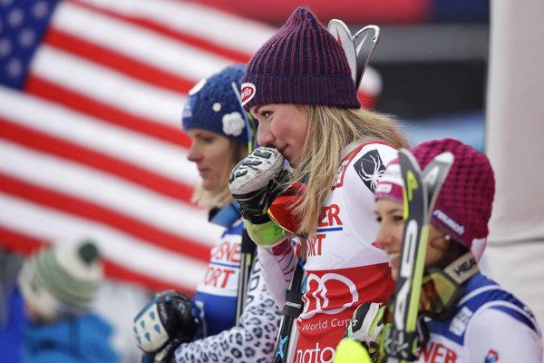 Mikaela Shiffrinová (v strede) zvíťazila vo všetkých troch slalomoch v aktuálnej sezóne.