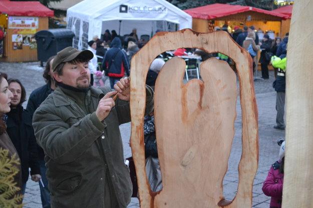 Umelecký rezbár v akcii.
