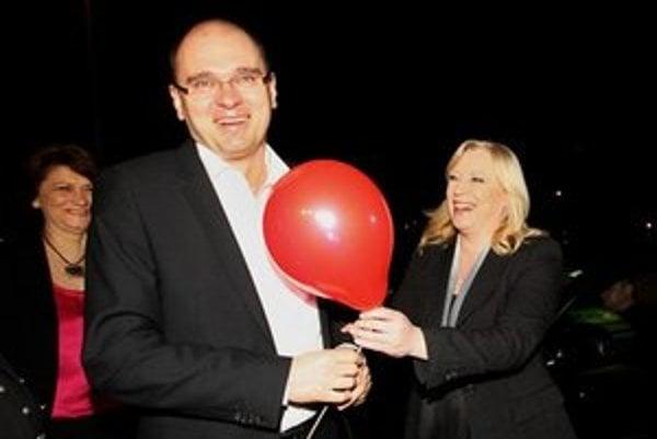 Richard Sulík počas volebnej noci s červeným balónikom od premiérky