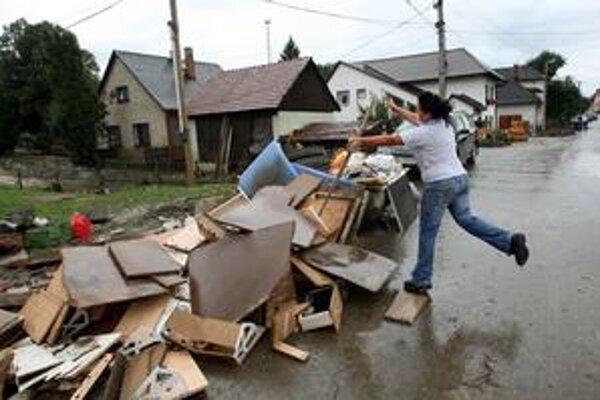 Odpad lemuje chodníky a cesty v Handlovej.