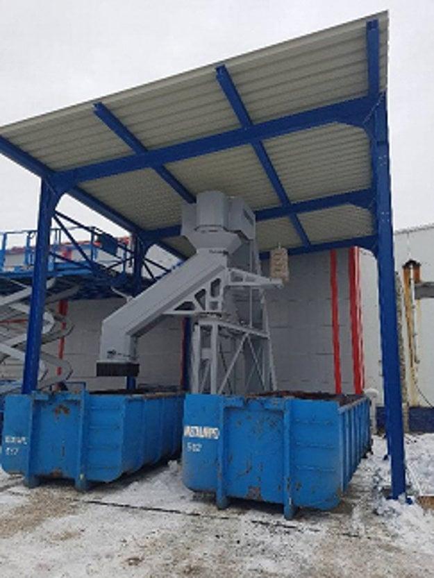 Lisovňa je vybavená systémom automatického vynášania odpadu.
