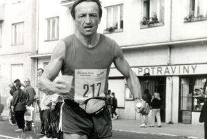 Ján Lovás denne behá alebo bicykluje.