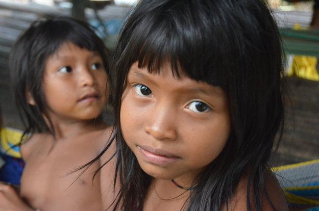 Indinánske deti kmeňa Warao, žijúceho v delte rieky Orinoko vo Venezuele.