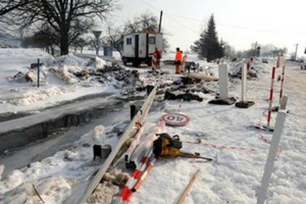 V Kláštore pod Znievom už týždeň pracujú ľudia na odstraňovaní ľadových zátarás z potoka.