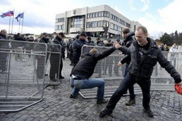 Policajný zásah pred budovou Národnej rady.