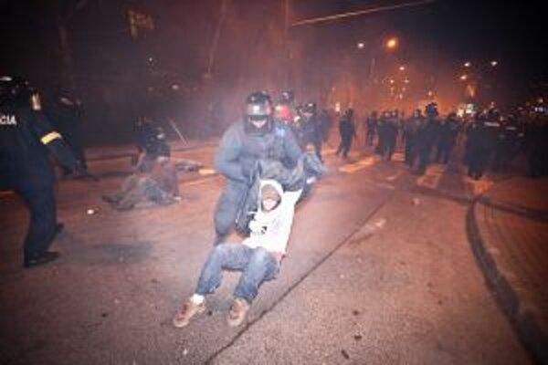 Polícia proti demonštrantom tvrdo zasiahla.