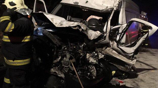 Jedno z áut skončilo totálne zdemolované.