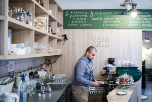 V kaviarni Dobre&Dobré pracujú ľudia bez domova aj bežní zamestnanci. Kto je kto, zákazník vedieť nemusí.