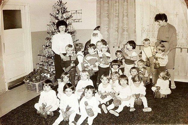 Ružomberskí škôlkari s Dedom Mrázom. Za fotografiu zroku 1987 ďakujeme Marekovi Mišíkovi (s balíčkom po ľavej ruke Deda Mráza).