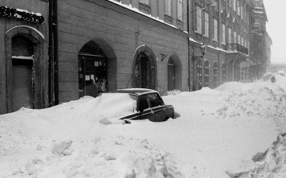 Na snímke z 12. januára 1987 je zaviate auto pri Moste SNP v Bratislave. Hromady snehu znemožnili prejazdnosť na mnohých bratislavských uliciach.