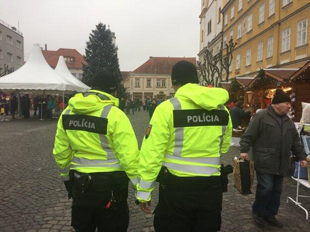 Polícia na Mierovom námestí v Trenčíne.