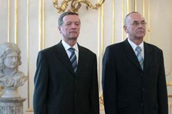 Slavomír Magala (vľavo) odovzdal Karolovi Mitríkovi tajnú službu zaťaženú Gorilou.
