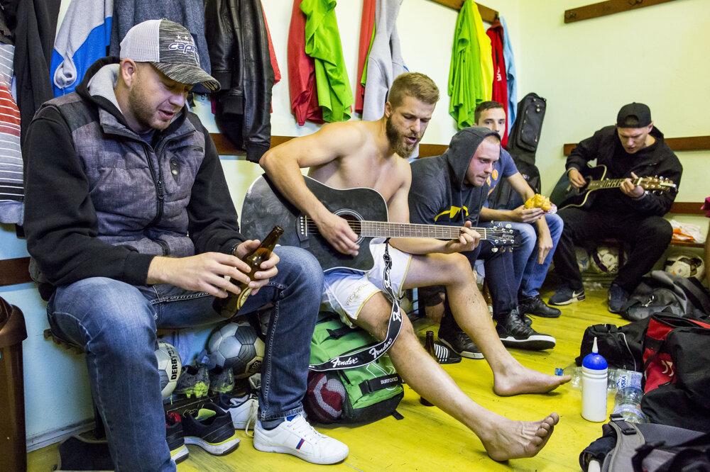 4. november 2016. Futbalisti Doľan sa po zápase zabávajú v kabíne.