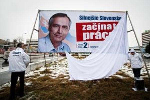 KDH odhalilo nový bilbord, predseda Ján Figeľ si obliekol bielu vetrovku.