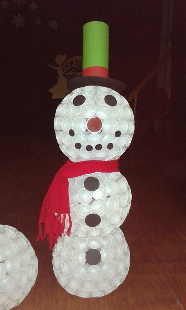 Plastový snehuliak po tme aj svieti.