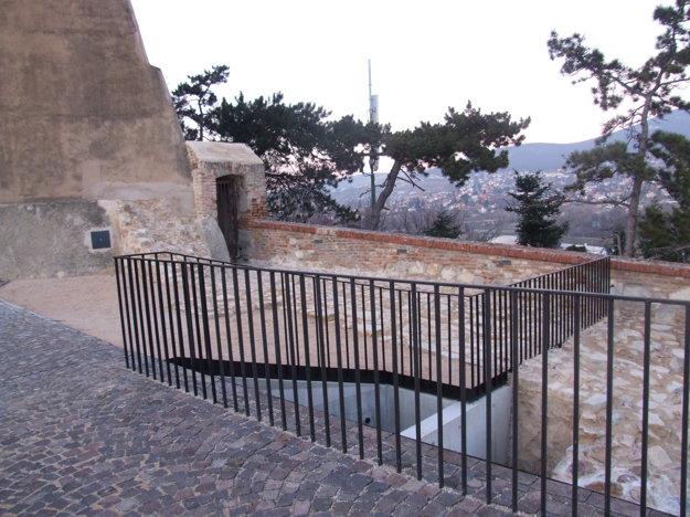 Vľavo je bránička do lesoparku pod hradom.