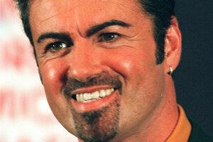 Britský spevák George Michael pózuje pre reportérov v Londýne 16.septembra 1999.