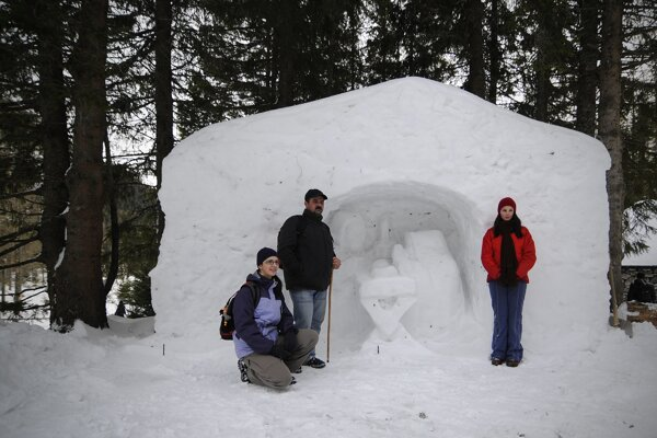 Snehový betlehem tradične láka zvedavcov.