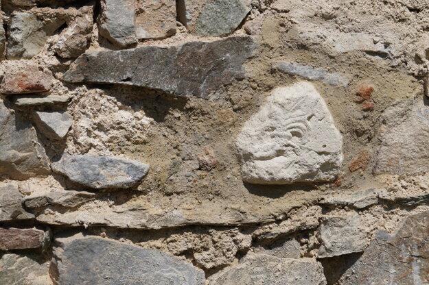 V južnej stene presbytéria kostola sv. Jozefa objavili  fragment s reliéfom - pamiatku tzv. palmetového štýlu.