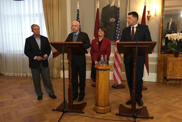 McCainova návšteva Lotyšska.