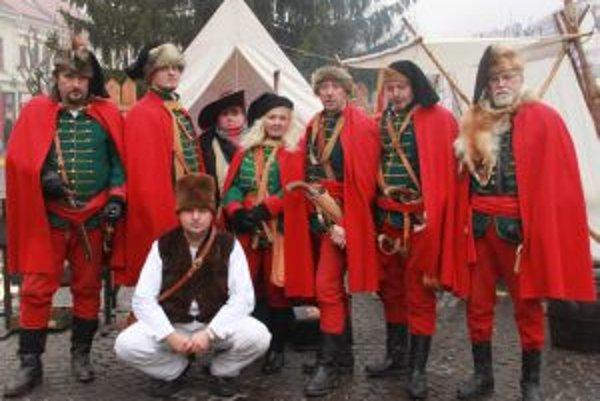 """Občianske združenie Hornoliptovský kurucký regiment vzniklo v roku 2008 v obci Vavrišovo, okres Liptovský Mikuláš. Jeho členovia na rôznych kultúrnych akciách, jarmokoch a trhoch prezentujú rekonštrukciu bitky pri obci Vavrišovo zvanej tiež ako """"Švihrovsk"""