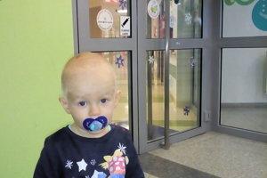 Lukáško, ktorý nemá ešte ani dva rôčky,  sa narodil s ojedinelou chorobou - atréziou konečníka.