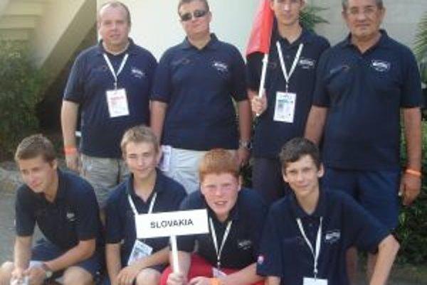 Na majstrovstvách sveta juniorov v minigolfe štartovali dvaja Prievidžania - Radovan Struhár (dolný rad druhý sprava) a Miroslav Čibik (dolný rad vpravo).