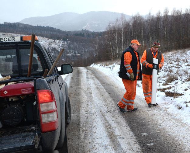 Dokončovacie práce. Robotníci na ceste osádzali stĺpiky.