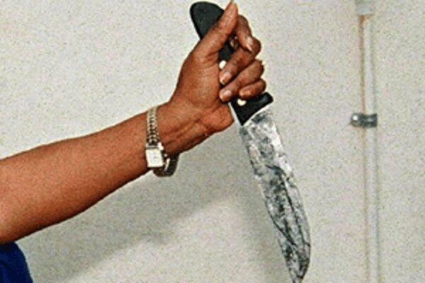 Muža, ktorý útočí na ľudí s nožom, polícia stále nechytila.