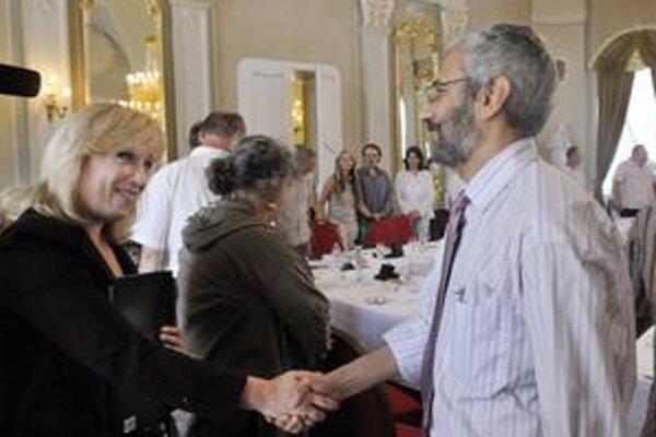 IVO každoročne pripravuje správy o stave spoločnosti. Na snímke jeho riaditeľ GrigorijMesežnikov s premiérkou Ivetou Radičovou.