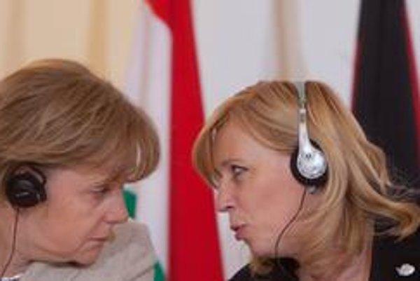 Angela Merkelová môže mať pre starosti Ivety Radičovej porozumenie, ani jej vládni partneri nechcú euroval podporiť. Časť debaty sa však v preklade stratila – nemeckí opoziční socialisti s podporou netaktizujú.