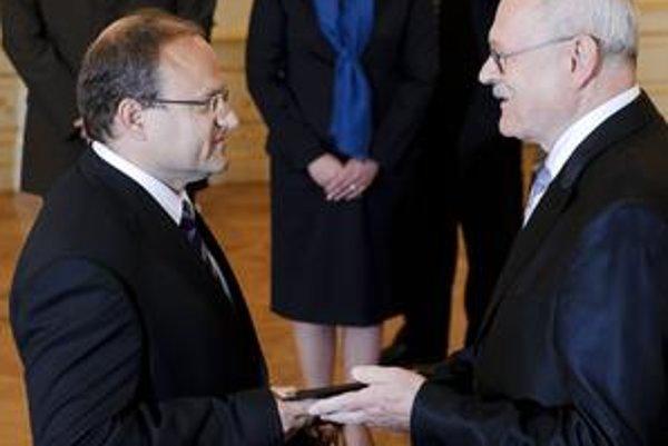 Minister Jozef Mihál (vľavo) nepripúšťa manipulácie, zákon začne platiť až potom, čo ho podpíše prezident Ivan Gašparovič.