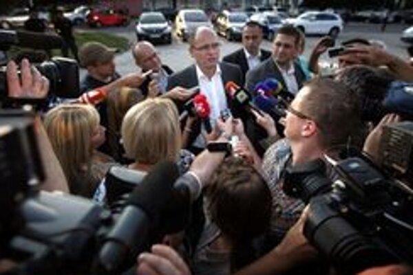 Predseda SaS Richard Sulík pred rokovaním tajuplne hovoril, že premiérka uspela v Bruseli.