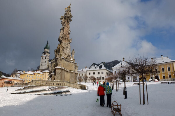 Historické námestie v Kremnici v zime pravidelne ožíva sánkovačkou.