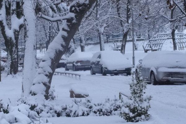 Snehová nádielka cestárov ani vodičov neteší, potešením je zrejme len pre stále prázdninujúcich školákov.