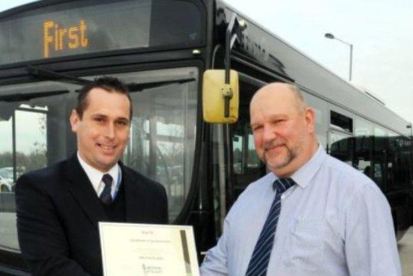 Michal Kudla začínal ako šofér vmestskej aprímestskej linke. Dnes jazdí autobusom, ktorý zabezpečuje kyvadlovú dopravu pre ľudí, ktorí prichádzajú zvýchodu za prácou do Londýna cez Chelmsford, akoby predmestie Londýna. Na fotografii vpravo Alvin Parker, riaditeľ spoločnosti vEssexe.