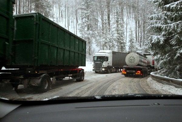 Kvôli množstvu kamiónov je doprava cez Šturec náročná.