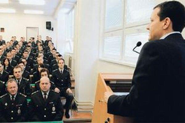 Minister vnútra chce, aby sa policajti z prípadu poučili.